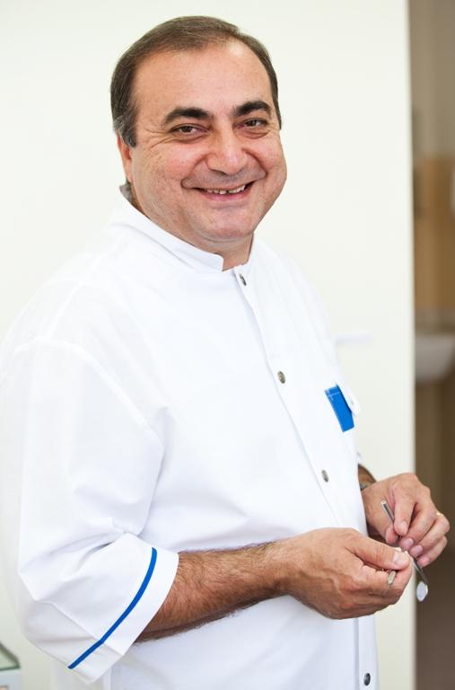 Гариб Михайлович Егиазарян - специалист по имплантации зубов в Минске